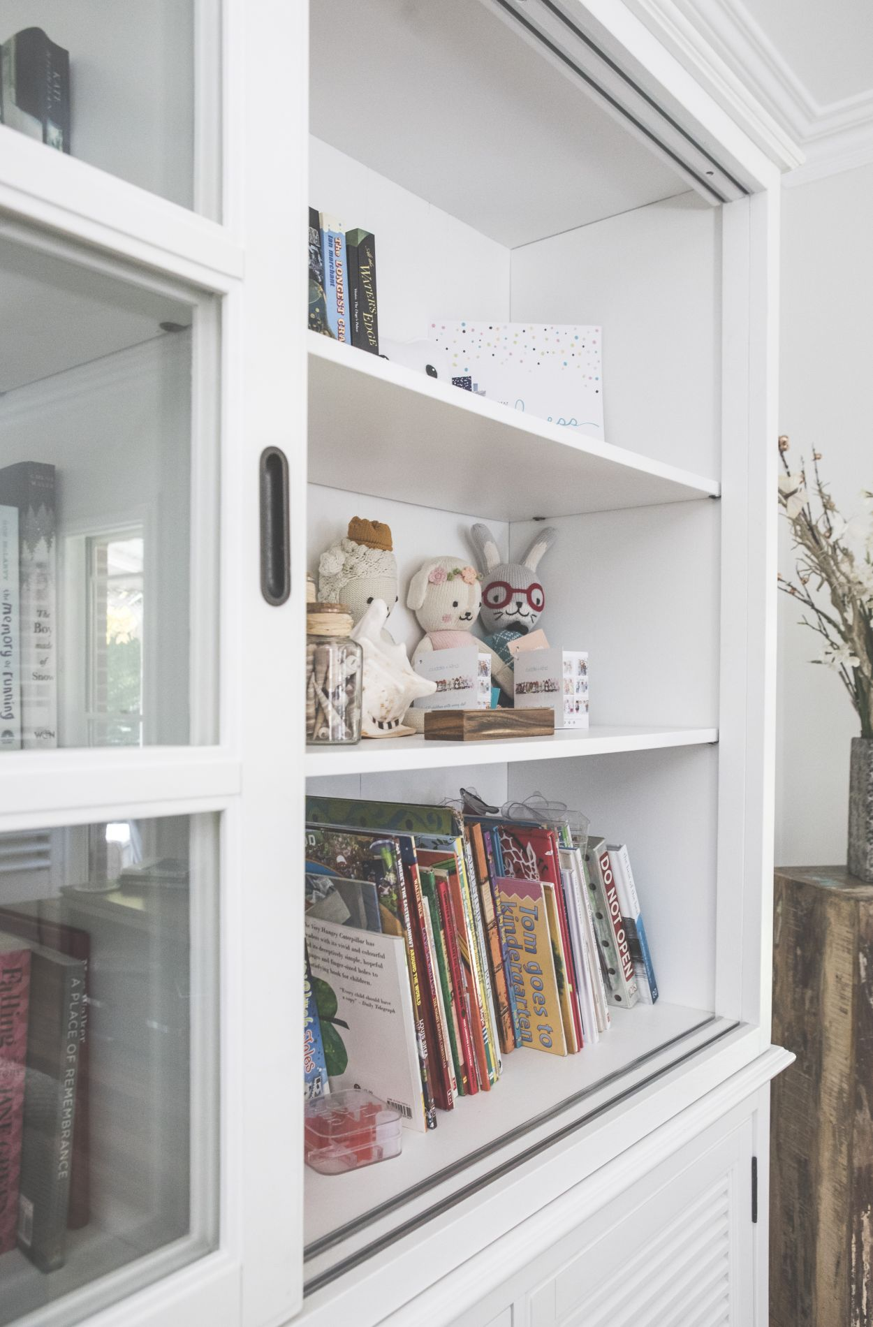 Family friendly book shelves with children toys at diggers beach cottage